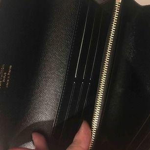 Plånboken inspirerad av Louis Vuitton. Helt ny. Skinn. Skickas spårbart för 64 som köparen står för.