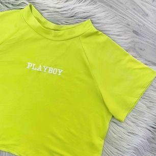 Sjukt snygg neon grön/gul croptop med Playboy broderi på. Helt ny och oanvänd, frakt ingår i priset💚