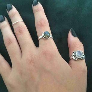 Ringar i sterling silver. Den enkla ringen utan sten passar som midi, eller på lillfingret, 14,25mm. Endast den lilla ringen finns kvar då de andra redan är sålda. Perfekt för att layer med andra ringar!