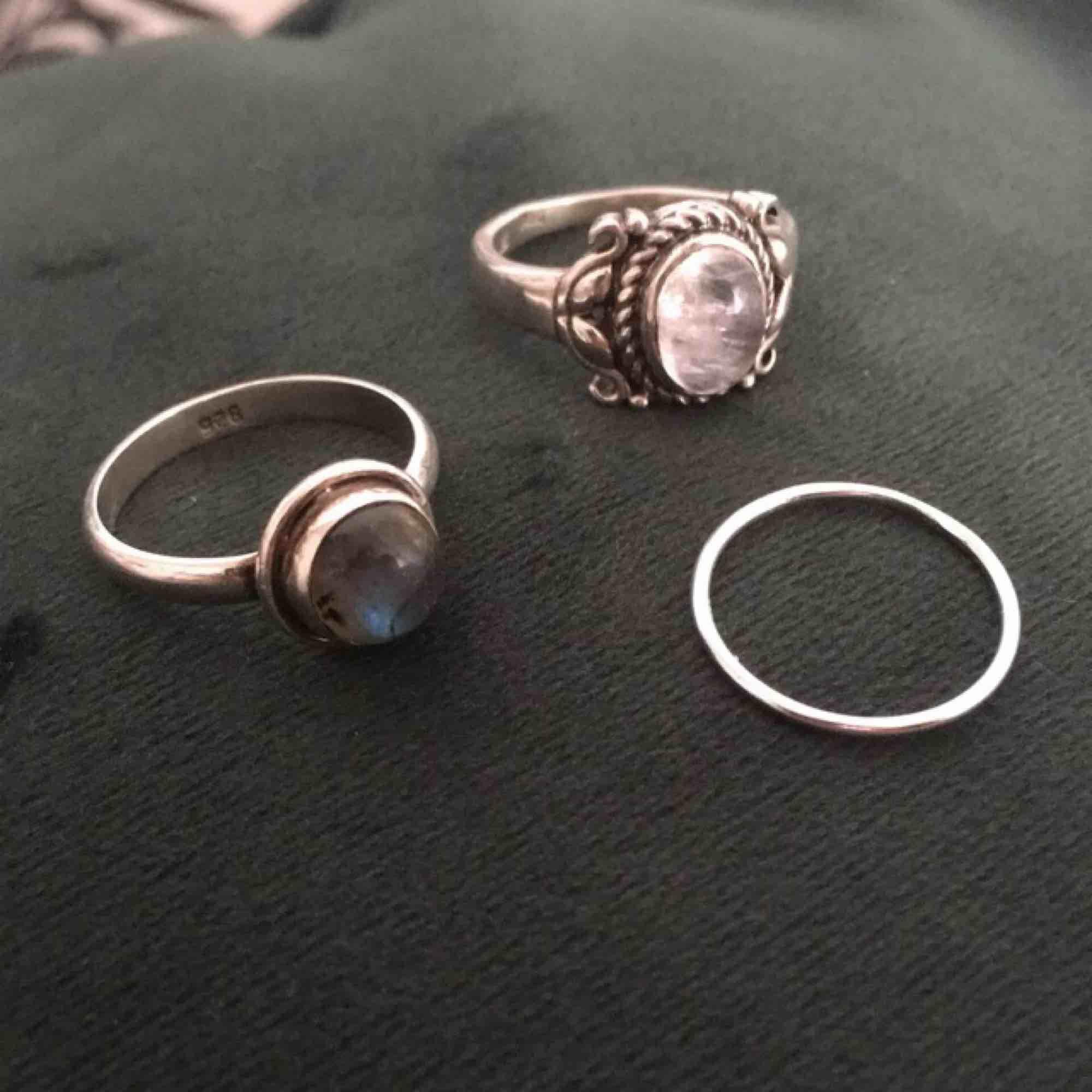 Ringar i sterling silver. Den enkla ringen utan sten passar som midi, eller på lillfingret, 14,25mm. Endast den lilla ringen finns kvar då de andra redan är sålda. Perfekt för att layer med andra ringar!. Accessoarer.