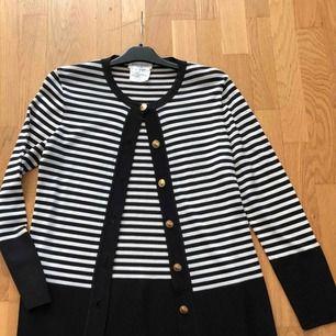 Yves Saint Laurent (variation ) tunika kofta el tröja. Bekräftad äkthet hos (auktionsverket Göteborg). Unik! Made in France . Liten fläck nertill se bild 4 . Längd 70 cm, ärmlängd 62,5 cm ärmhåla till ärmhåla 90 cm. 63kr frakt spårbart