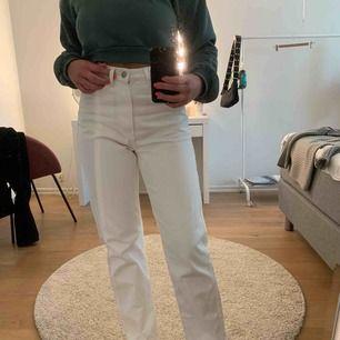 Vita byxor från Weekday i modellen ROW. Använda ett fåtal gånger därav i väldigt bra skick. Köparen står för frakt🥰