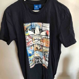 Adidas T-shirt i storlek M. Mörkblå.