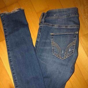Hollister jeans med slitningar och hål. Använd fåtal gånger. Nypris: 600kr