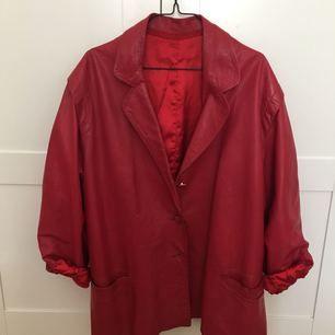 Underbar röd äkta skinnjacka inköpt på Emmaus i våras. Knappt använd av mig och säljes pga har för mycket jackor. Möts upp i Stockholm eller skickas mot fraktkostnad på ca 95kr.