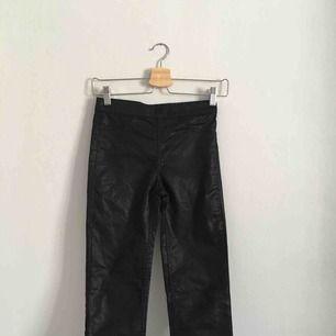 Snygga svarta blanka jeans från HM! Det är stl 32 men dom e ganska små! Kontakta vid intresse elr frågor😊👍🏻