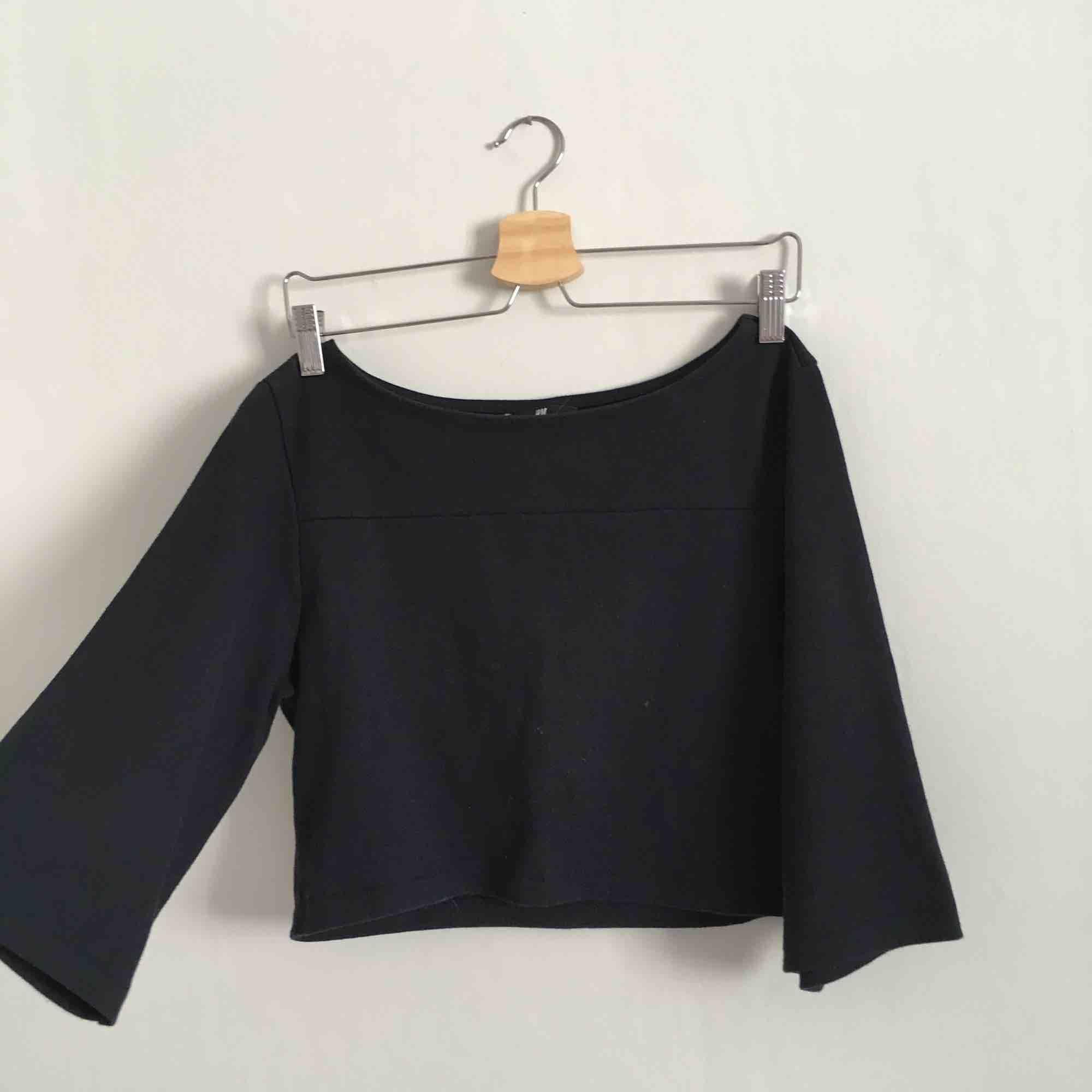 Jättefin mörkblå, typ off sholder tröja! Vid ärm! Väldigt fint skick eftersom jag bara använt den typ 5 gånger eller något sånt!💝 Kontakta vid intresse eller frågor!. Toppar.