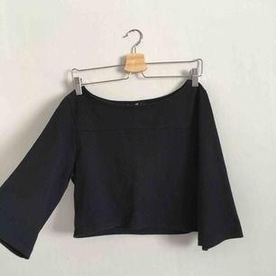 Jättefin mörkblå, typ off sholder tröja! Vid ärm! Väldigt fint skick eftersom jag bara använt den typ 5 gånger eller något sånt!💝 Kontakta vid intresse eller frågor!