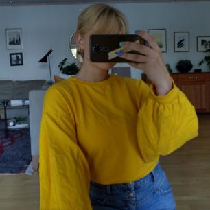 Gul tröja med ballongärmar från NLY trend! Använd 2 ggr, tycker inte att färgen passar mig så därför säljer jag den :(