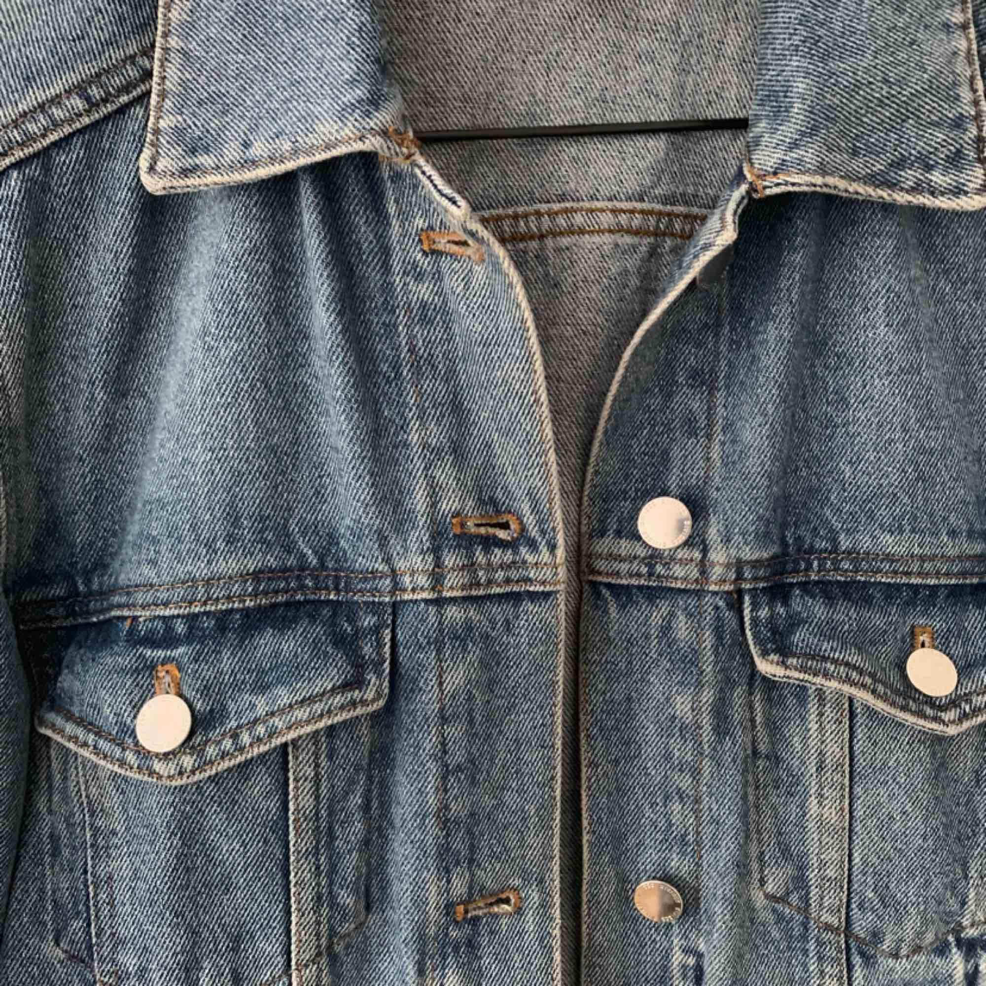 Jeansjacka från HM i en superfin blåfärg. Storlek XS men passar även S!. Jackor.