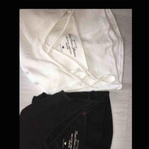 2 st jätte fina trendiga linnen från Hollister. Båda har som en korsning vid bröstet. Jättebra kvalité och inte använda många gånger. Du kan köpa ett för 60kr eller båda för 100kr. Nypris: 100kr/st💞 skriv vid intresse💞