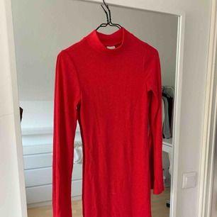 En ribbad röd klänning från Gina Tricot i storlek XS. Den är väldigt stretchig och bekväm. Den sitter även väldigt snyggt då den är figursydd!