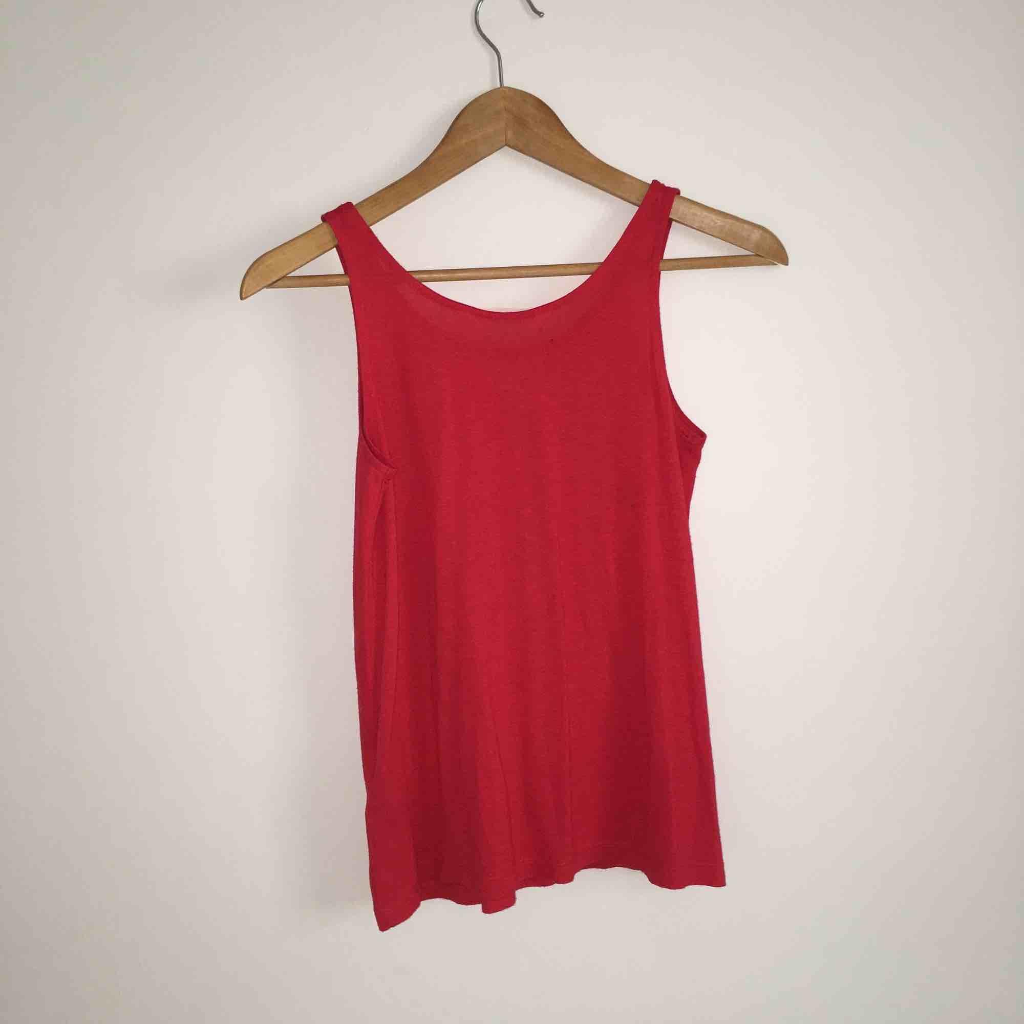 Rött tunt linne med silver paljetter på! från H&M😊 (Aldrig använd) skick 5/5. Toppar.