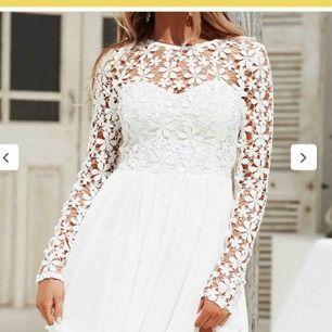 En suuperfin klänning från Dennis Maglic i storlek XS! Ett blommönster upptill och sen är den plisserad nertill som ni ser. Man behöver inte ha BH under heller vilket är väldigt bra! Den är i nyskick då jag endast använd den en gång.