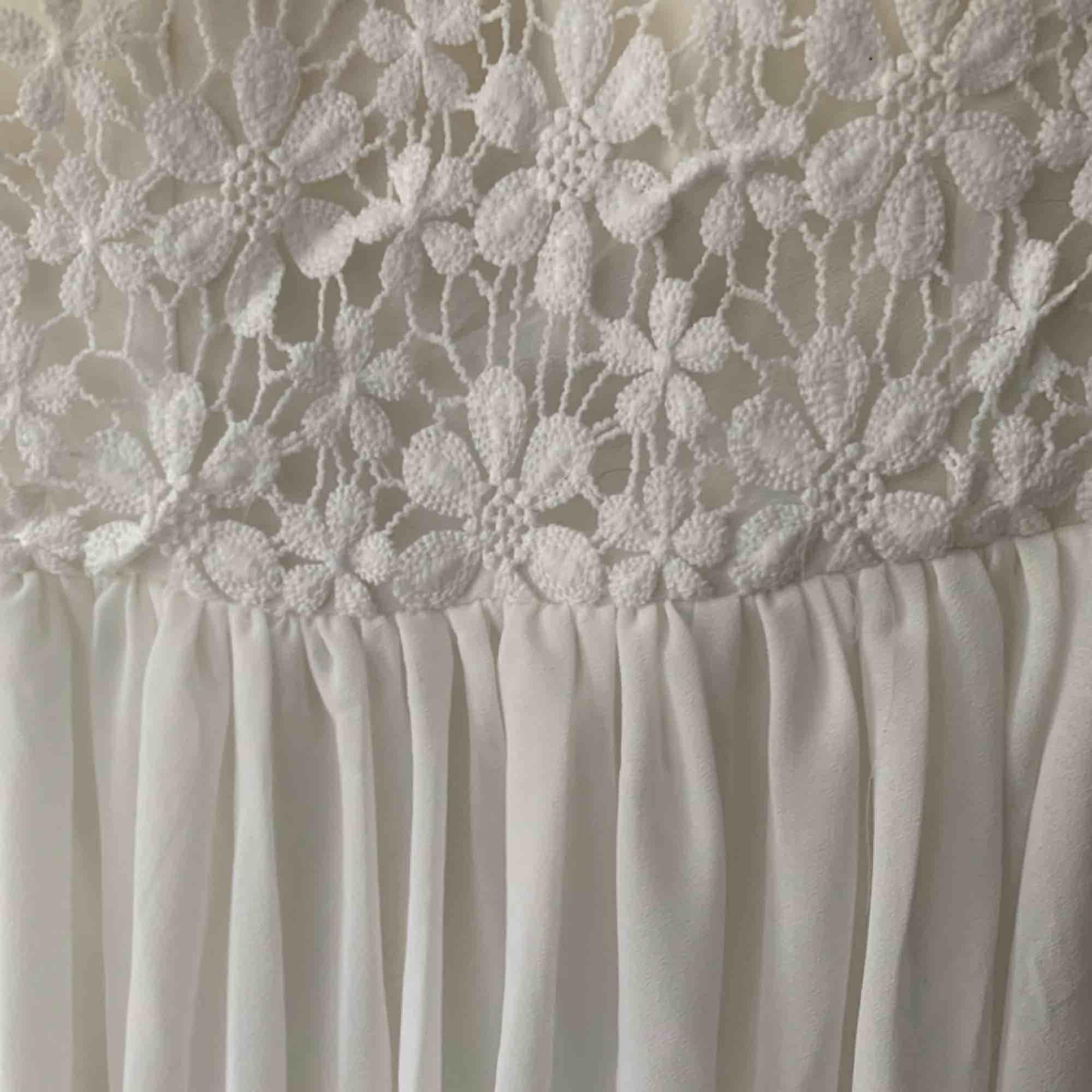 En suuperfin klänning från Dennis Maglic i storlek XS! Ett blommönster upptill och sen är den plisserad nertill som ni ser. Man behöver inte ha BH under heller vilket är väldigt bra! Den är i nyskick då jag endast använd den en gång. . Klänningar.
