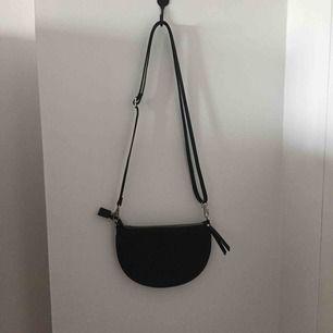 Supersnygg handväska i fake-skinn. Axelbandet är justerbart. Köpare står för frakt annars går det bra att mötas upp i Lund! 💖