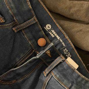 Säljer ett par av mina blåa jeans, väldigt stretchiga och i väldigt fin skick då jag inte har använt dom så mycket. Frakt tillkommer på 18kr:)