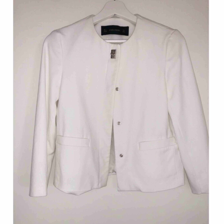 Superfin vit kort kappa/jacka ifrån Zara. Knappt använd så fint skick, inga fläckar eller liknande. . Jackor.