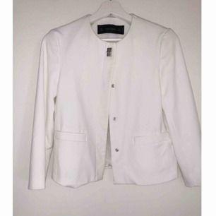 Superfin vit kort kappa/jacka ifrån Zara. Knappt använd så fint skick, inga fläckar eller liknande.