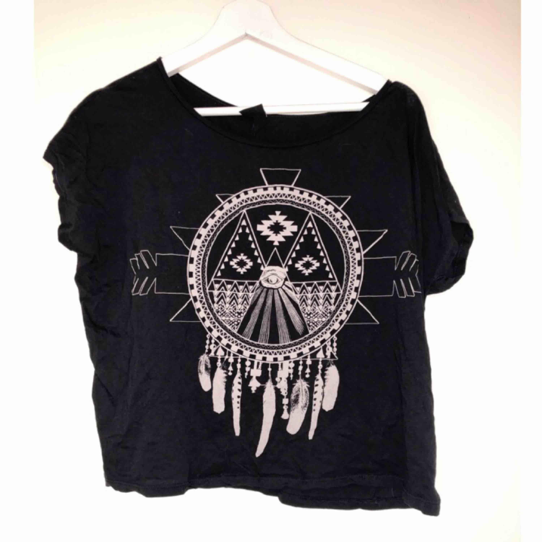 Jättefin T-shirt med drömfångare som tryck ifrån Gina Tricot. Använd 1 gång. Svart tröja och vitt tryck.. T-shirts.
