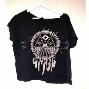 Jättefin T-shirt med drömfångare som tryck ifrån Gina Tricot. Använd 1 gång. Svart tröja och vitt tryck.