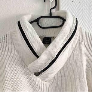 Vit stickad sweater, jätte mysig. Med riktiga dragkedjor runt halsen, (man får plats med en mobil) swish finns, möts även upp i Helsingborg/Landskrona.