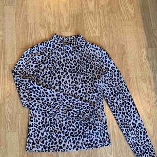 Leopard polo i storlek Small, använd en gång.. för liten för mig :(