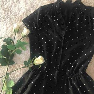 Gullig och bekväm klänning från Monki! Använd hyfsat flitigt, men välbehållen och fräsch. Säljes då jag inte använt den på ett tag då jag växt ur den tyvärr. Frakt tillkommer💋