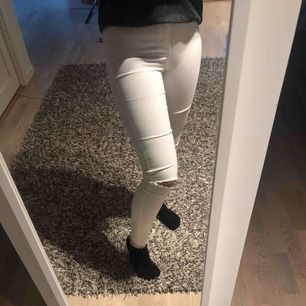 Vita tighta jeans från zara med hål på båda knäna. Nyskick. Jag är 160 cm