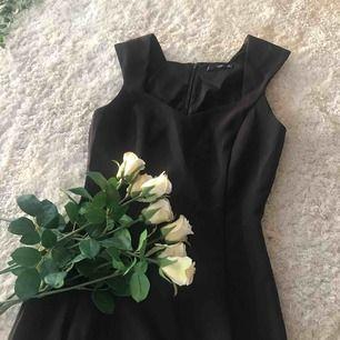 Stilren, figursydd svart klänning från Mango! Aldrig använd då jag aldrig fått tillfälle, därför tycker jag den ska få ett nytt hem. Även en urringning, dock inte för djup. Frakt tillkommer💋