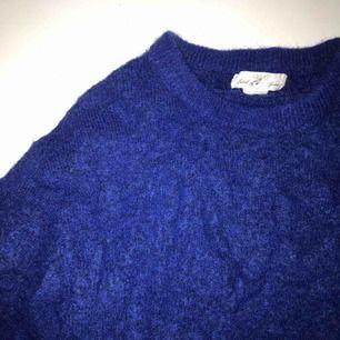 Fin och jätte skön stickad tröja från hm i en klarblå färg. I mycket fint skicka,  80kr om vi möts upp annars 100kr inklusive frakt