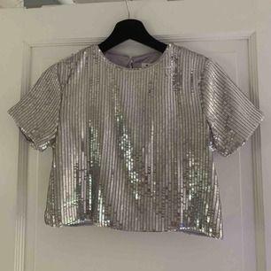 """Glittrig tshirt från Linn Ahlborgs """"New Years"""" kollektion med NAKD. Använd 1 gång."""