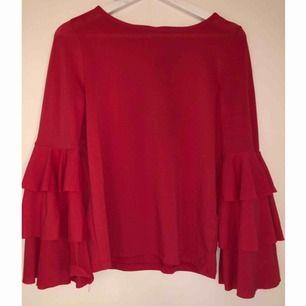 Otroligt fin tröja med volangärmar ifrån Gina Tricot. I nyskick. Hallonfärgad. Storlek S men skulle säga att den är mer som en M beroende på hur man vill att den ska sitta.