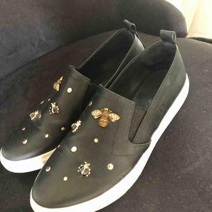 Svarta skor med guldiga detaljer, storlek 37! I priset ingår frakt