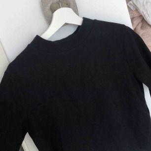 Svart tröja med en liten turtleneck, i storlek S! I priset ingår frakt!