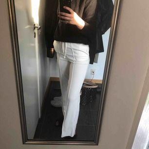 Vita byxor från Bik Bok i storlek S men passar även en XS! I priset ingår frakt!