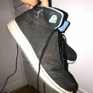 Sparsamt använda Jordans köpta i USA förra året, storleken är 40 men den är ganska liten i storleken och lutar mer åt 39 (25 cm) ✨🖤 Postar gärna men möts också upp i Malmö :)