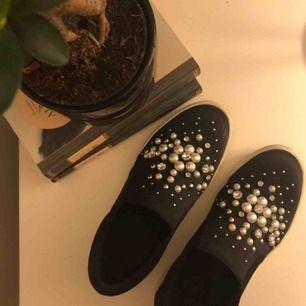 säljer ett par super snygga skor då jag använder de för sällan. Skorna är i storleken 38 och inte använda mer än 15 gånger. Köparen betalar frakten.