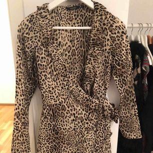 Oanvänd omlottklänning i storlek 34. I priset ingår frakt!