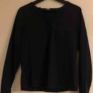 Skjorta från Bikbok. Fickor på bröstet samt knappt som skapar en V-ringning🌸 Kan fraktas eller mötas upp i Karlskrona/ Ronneby⚡️🌼