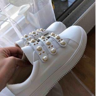 Vita skor i storlek 37! I priset ingår frakt!