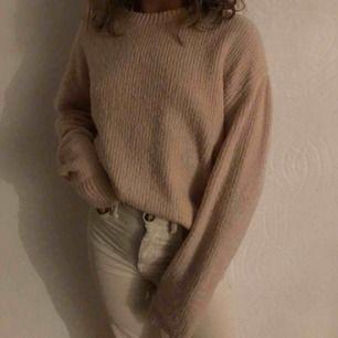 En super fin rosa/beige stickad tröja bra nu till hösten, använd få gånger, sticks ej och är mysig💓 (+ frakt)