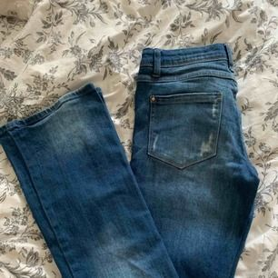 Bootcut jeans med hög midja och slitningar från vila i strl Xs men väldigt stretchiga så passar även S, aldrig använda! Bjuder på halva frakten vid snabb affär💕