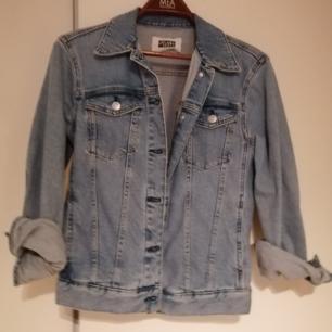 Klassisk jeansjacka från Weekday. Sitter tajt på mig som är 38/40. Fint skick.