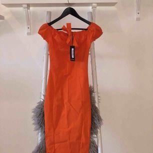 Orange puff sleve bardot midi dress, storlek XS köptes för 360 kr, aldrig använd! Säljer pga för liten storlek!