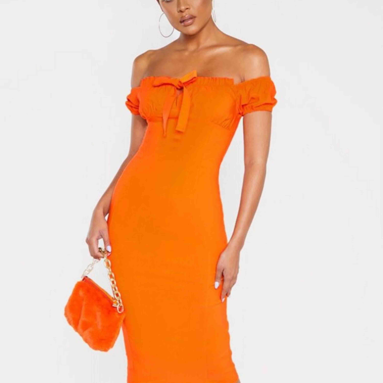 Orange puff sleve bardot midi dress, storlek XS köptes för 360 kr, aldrig använd! Säljer pga för liten storlek! . Klänningar.
