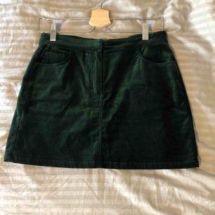 Superfin mörkgrön velvet kjol från weekday. Använd men i väldigt bra skick! Köparen står för frakt!
