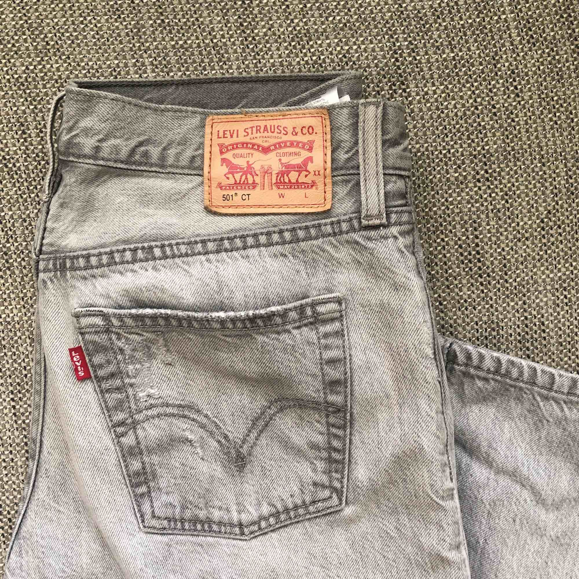 Säljer ett par svinsnygga Levis! Storlek 26 men känns mer som en 27/liten 28, annars går den lika bra med bälte! Fin lösare passform, och märket där bak ser helt nytt ut. Verkligen fina!. Jeans & Byxor.