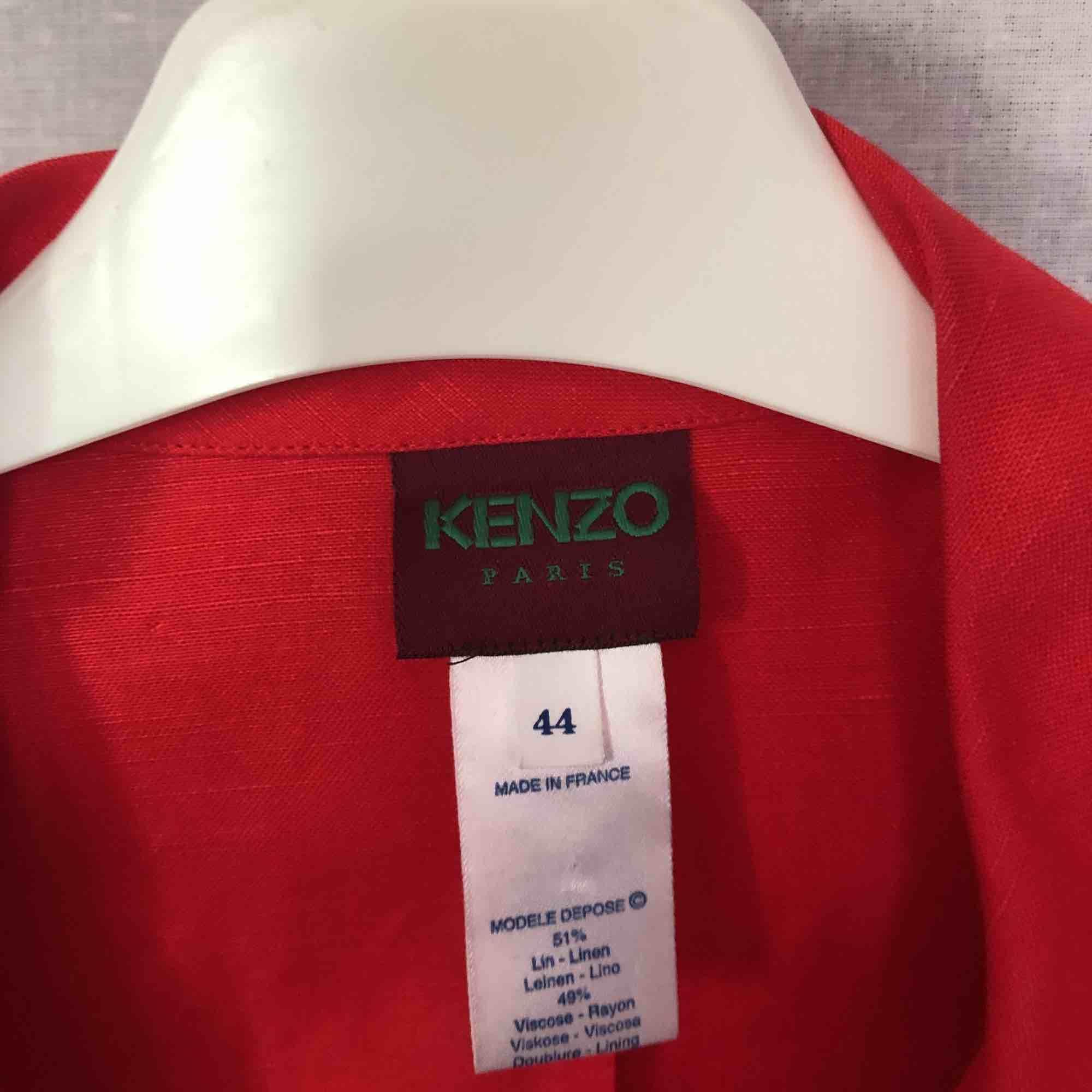Super fin jacka från kenzo, köpt på judits! Säljs lite billigare pga liten ljus fläck som knappt syns, väldigt fin att kavla upp ärmarna på med ett par ljusa jeans :) Storlek 44 men känns som en rymlig S. Kolla in annat på min sida!. Jackor.