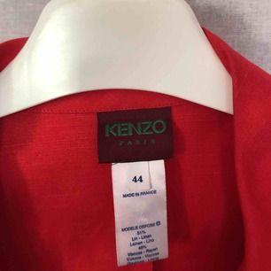 Super fin jacka från kenzo, köpt på judits! Säljs lite billigare pga liten ljus fläck som knappt syns, väldigt fin att kavla upp ärmarna på med ett par ljusa jeans :) Storlek 44 men känns som en rymlig S. Kolla in annat på min sida!